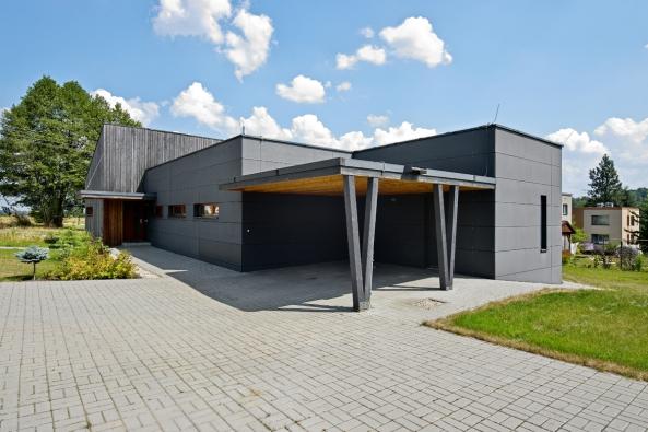 Dům ctí zásady nízkoenergetických staveb, proto je jeho severní strana uzavřená, jen smalými pásovými okny. Severozápadní nároží vyplňuje kryté stání pro dva automobily sbetonovou zámkovou dlažbou, která vede až khlavnímu vstupu dodomu.