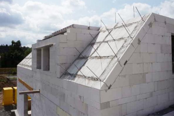 Masivní střecha z Ytongu eliminuje letní přehřívání a nabízí mnohé další výhody při výstavbě i každodenním provozu hotové stavby.