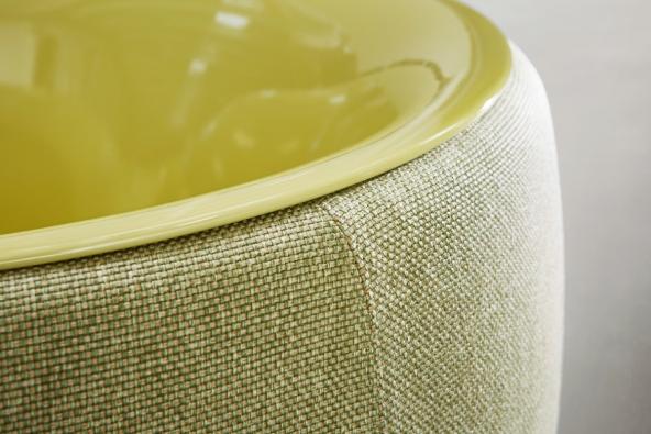Nový designový koncept, v němž se snoubí robustní základ ze smaltované titanové oceli s měkkou textilií. (BETTE)