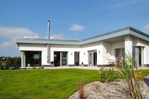 Zčásti podsklepený nízkoenergetický bungalov projektant dokonale přizpůsobil náročným terénním podmínkám.