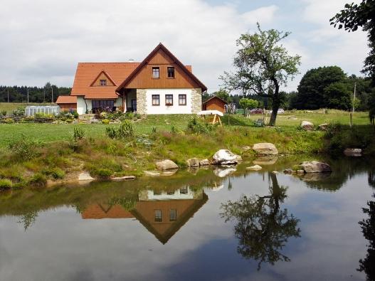 Novostavba zemědělské usedlosti v blízkosti Hořiček nedaleko Babiččina údolí ctí krásnou přírodu i stavební tradici východních Čech.