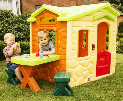 Pomyslným bonbónkem jsou plastové domečky, které děti využívají jako své malé útočiště. Tady si mohou hrát a zároveň jsou ukryté před nepřízní počasí. (MARIMEX)