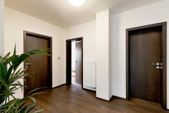 Rodinný dům snábytkem adveřmi HANÁK (INTERIOR CONCEPT – jeden domov, jedna značka), interiérové dveře HANÁK jsou zde vrůzných modelech – plné dveře, posuvné prosklené dveře idveře doobkladu, provedení dub rustikální tmavohnědý. (4)