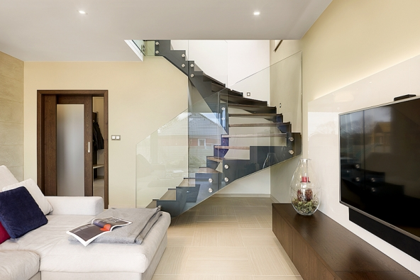 Rodinný dům snábytkem adveřmi HANÁK (INTERIOR CONCEPT – jeden domov, jedna značka), interiérové dveře HANÁK jsou zde vrůzných modelech – plné dveře, posuvné prosklené dveře idveře doobkladu, provedení dub rustikální tmavohnědý. (2)