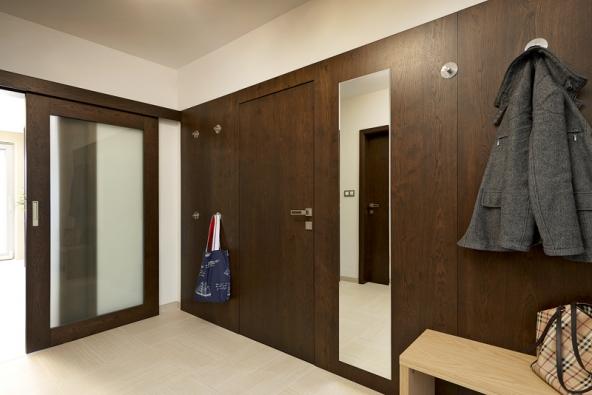 Rodinný dům snábytkem adveřmi HANÁK (INTERIOR CONCEPT – jeden domov, jedna značka), interiérové dveře HANÁK jsou zde vrůzných modelech – plné dveře, posuvné prosklené dveře idveře doobkladu, provedení dub rustikální tmavohnědý. (6)