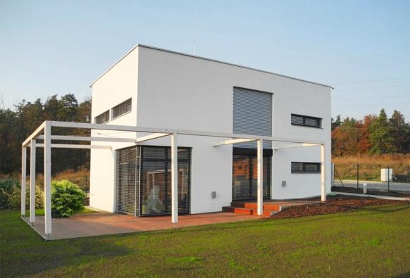 Ideálním realizovatelným tvarem pasivního domu je kvádr obrácený delší stranou k jihu (SAINT-GOBAIN)