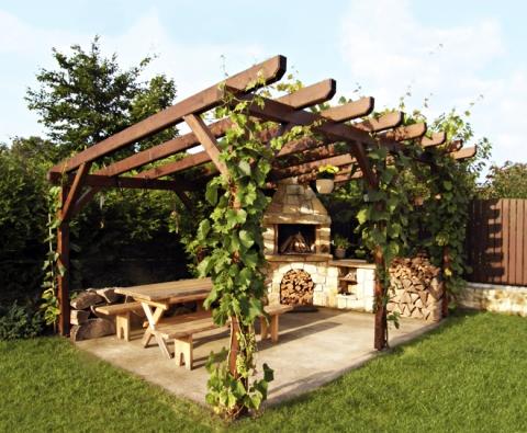 Kpobytu na zahradě neodmyslitelně patří isezonní grilování, uzení avůbec venkovní stolování. (Foto HRDINA A ČESKÉ PÍSKOVCE)
