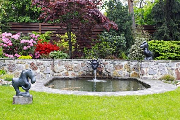 A varianta stejného efektu, ovšem vhodná spíše do zahrady rustikální vily. Proti gustu...