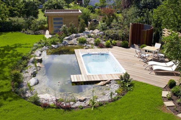 Příjemnou atmosféru zahrady dotváří voda. Kromě nezbytné závlahy, tedy udržování života veškeré zeleně, do ní vnáší přirozený pohyb adynamiku.