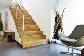 Schodiště uložené nastěnu, vprostoru pod schody vzniká místo prošatnu nebo toaletu.