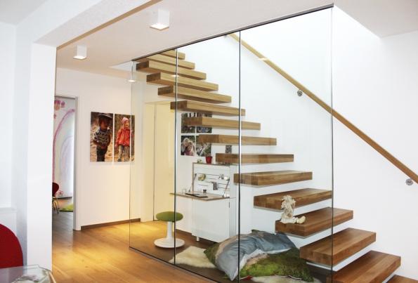 Samostatně nesené schodišťové stupně jsou nasazeny nakonzoly kotvené vestěně. Naobrázku je také názorně vidět klíčové místo nutné kdodržení podchodné výšky.
