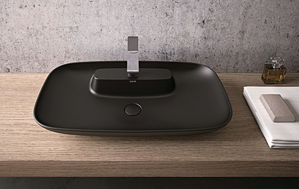 """Matná černá: Kolekce sanitárního vybavení Memoria značky VitrA obsahuje kruhová, oválná ačtvercová tenkostěnná umyvadla ve4 barvách. Prim hraje matná černá, která dodává keramice zcela neobvyklý """"teplý"""" vzhled. (2)"""