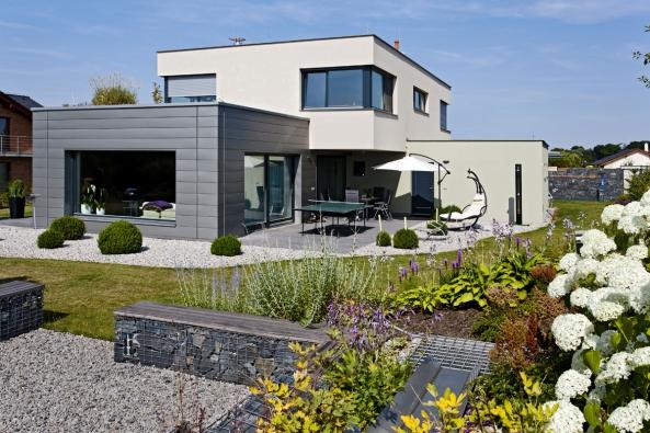 Pohodlný dům propojený se zahradou – standardní přání většiny stavebníků – vedlo kvýstavbě domu, vněmž vládne klid aharmonie. Přitom stojí najednoduchých principech: logické uspořádání, účelné tvary, slunce apřírodní materiály.
