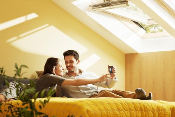 Požadavky na tepelnou pohodu se liší s věkem a pohlavím. Ženy zpravidla vyžadují vyšší teplotu při spaní, zatímco mužům vyhovují spíš nižší teploty. (Ilustrační foto: VELUX Česká republika)