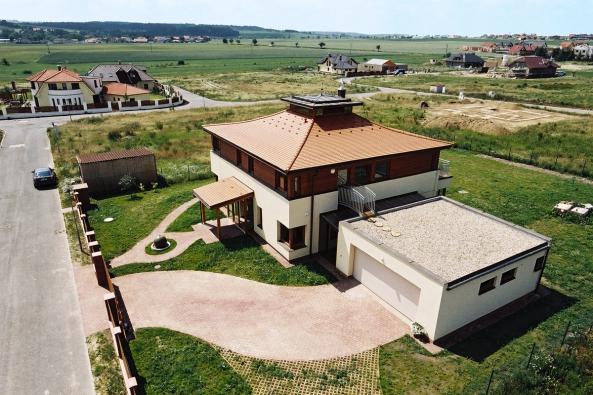 Hmotu domu oživuje pultová stříška jižní terasy. Vstup je zvýrazněn mělkým proskleným rizalitem avodorovnou markýzou vnávaznosti navyrovnávací rampu upřístupového chodníku.