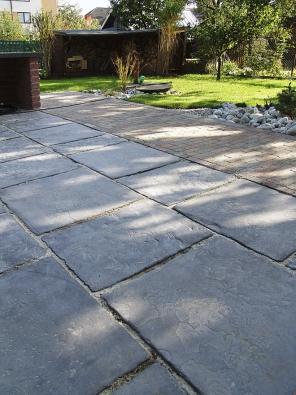 Desky, vhodné do zahrad a pěších zón. Připomínají starou kamennou dlažbu sohlazeným kamenným reliéfem, povrch je impregnovaný proti znečištění a pronikání vody. Natural dlažba Riga (PRESBETON)