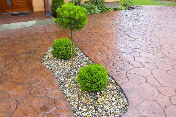 Skvělou alternativu klasické venkovní dlažby představuje ražený beton. Plocha vzniká ražením dekorativního prvku speciálně vyrobenou PUR raznicí přímo do čerstvé betonové desky (CONDECOR)