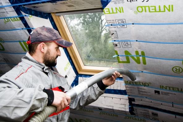 Climatizer Plus je schopen do sebe vstřebat až dvojnásobné množství tepla než jiné izolanty.  V zimě udrží teplo v místnosti a v létě ho nepustí dovnitř. V podkroví je v horkých dnech příjemně chladno. Se zateplenou půdou celulózovou izolací Climatizer Plus ušetříte až 35% nákladů na vytápění domácnosti.
