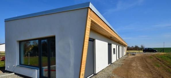 Tvar domu přísně vychází z tvaru pozemku – především jeho malé šířky (cca 12m) a jeho orientace ke světovým stranám (Stavimepasiv.cz)