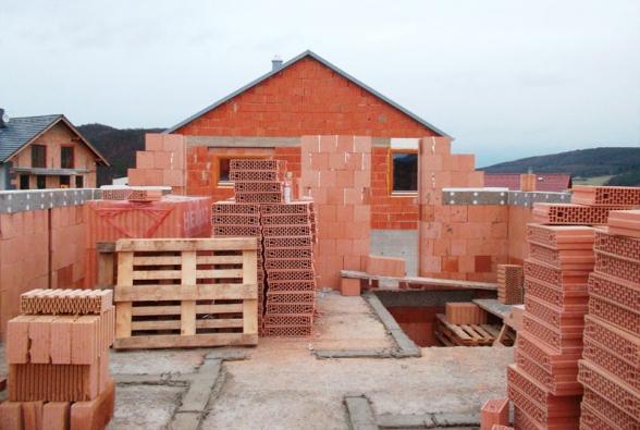 Podle slov investora se při výstavbě domu neobjevily nějaké materiálové potíže. Potvrzuje to i rychlost zdění při dokončení hrubé stavby, ale i termín předání domu k nastěhování, který byl v srpnu 2012. (1) (HELUZ)