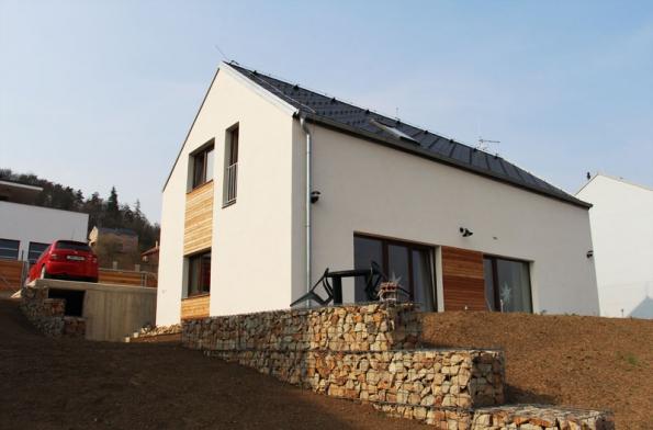 Podle slov investora se při výstavbě domu neobjevily nějaké materiálové potíže. Potvrzuje to i rychlost zdění při dokončení hrubé stavby, ale i termín předání domu k nastěhování, který byl v srpnu 2012. (2) (HELUZ)