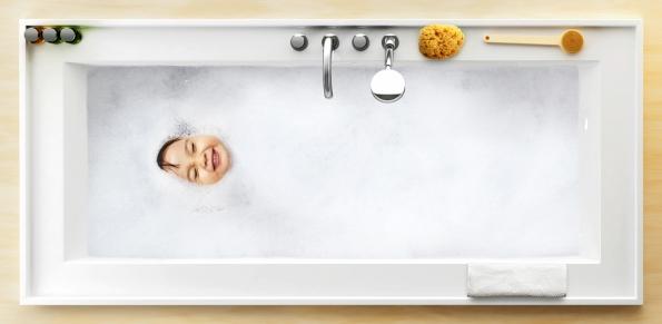 Koupelnový set BathGallery: Srdcem kolekce je široká odkládací plocha se zvýšeným lemem kolem celého umyvadla a vany, která zabraňuje pádu věcí, a tím definuje jejich umístění.