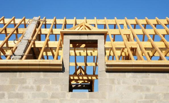 """Základní surovinou je dřevěný masiv nebo upravený odpad na bázi dřeva. Jednotlivé prvky krovu – dřevěné hranoly (trámy, krokve, fošny atd.) – vznikají """"porcováním"""" kulatiny (kmenů). Následně se suší na požadovanou vlhkost (minimální vlhkost zaručuje tvarovou stálost)."""