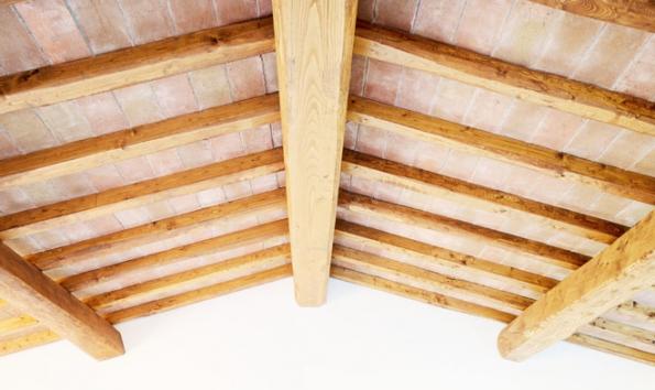 U tradičních krovů se jednotlivé prvky krovu spojují pomocí klasických tesařských spojů.