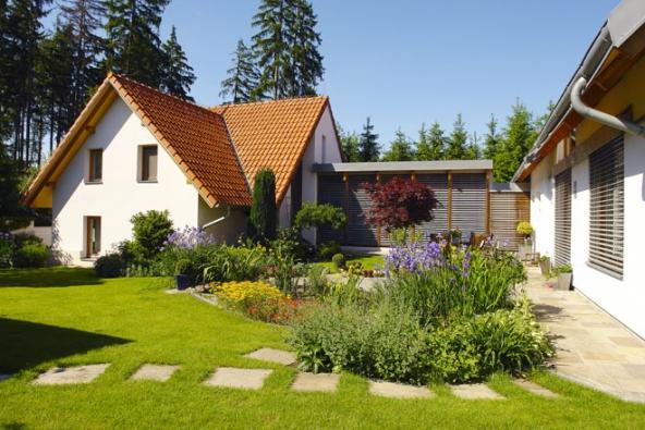 Výměnek býval kdysi běžnou součástí selských stavení našeho venkova. Vsoučasné době se knám vrací nejenom vprávní terminologii, ale také prostřednictvím nejrůznějších staveb se zahradami.