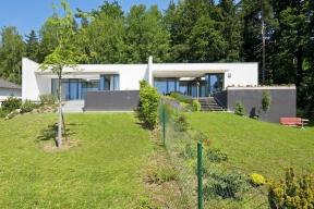 Obytné terasy jsou orientovány najih, odseveru je dům chráněn lesem.