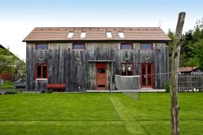 Dům, které lze postavit rychle, levně azvelké části svépomocí –tak přesně takový hledala pětičlenná rodina zMoravy, která nás pozvala nanávštěvu dosvé nevšední dřevostavby oplývající severským půvabem.