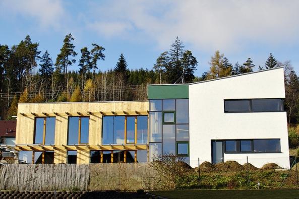 Ploché střechy ivkombinaci smírnými sklony střech pultových představují moderní a(většinou) kvalitní architekturu rodinného domu.