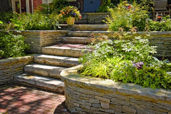 Zahradu lze dotvářet pomocí nejrůznějších (třeba iprefabrikovaných) stavebních prvků, ovšem kouzlo ryze přírodních materiálů dodá celku naautenticitě. Kámen sem určitě patří.