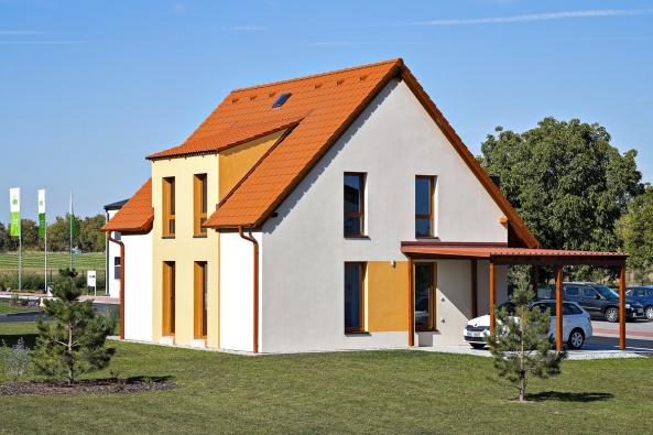 Není náhoda, že mezi nejprodávanější domy společnosti Canaba patří právě dům Ideal. Vyznačuje se totiž příjemným vzhledem aideálním poměrem velikosti, komfortu aceny. Navlastní oči se otom můžete přesvědčit vCentru vzorových domů vNehvizdech uPrahy.