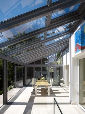 Kromě komfortu nabízí zimní zahrada iznačný potenciál úspory aprodukce energií. Dopadající světlo se mění nateplo, vzniká skleníkový efekt, který výrazně snižuje potřebu externího přívodu tepla (ZIMNÍ ZAHRADY HLADÍK)