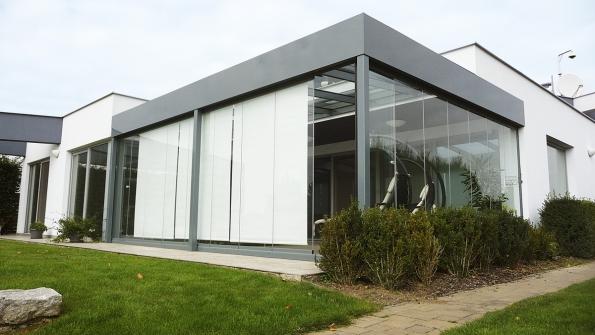 Dostřechy moderní zimní zahrady lze zabudovat mechanicky nebo elektricky otvíravá okna smožností napojení termostatu či povětrnostního nebo slunečního čidla. Důležité je iefektivní stínění (Profiltechnik)