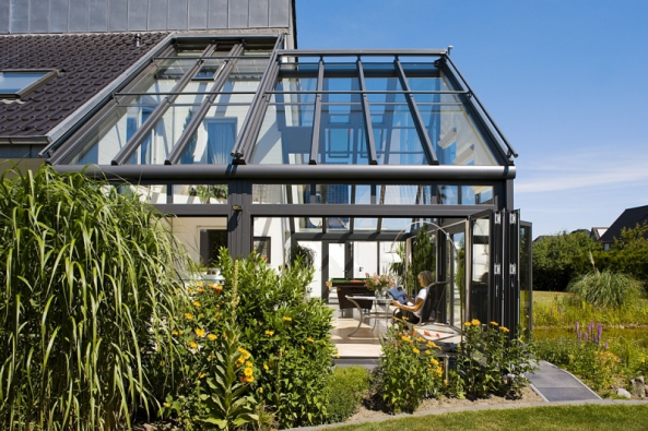 Transparentní alehká zimní zahrada SDL Akzent plus zhliníkových profilů smožností sklonu střechy 5–45 stupňů avynikajícími tepelněizolačními vlastnostmi (ZIMNÍ ZAHRADY HLADÍK)