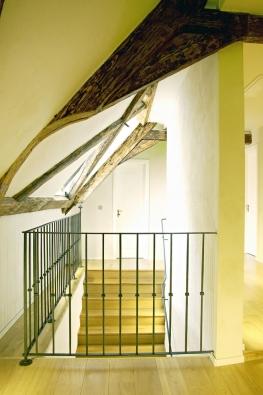 Prvky barokního krovu získávají napozadí bílých štuků velkou působivost astávají se významným výtvarným prvkem interiéru chodby.