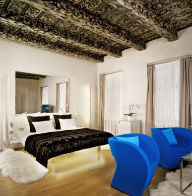 Malované renesanční stropy vespolečnosti jednoduchého moderního nábytku nijak neutrpěly, naopak vkontrastu shladkými bílými stěnami malby více vynikly.