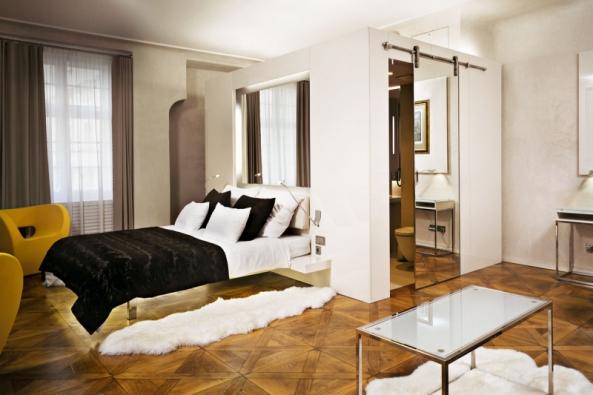 Vdomě Utří čápů navrhl architekt Petr Vágner vestavbu koupelen slehkými sádrokartonovými či skleněnými stěnami. Prostor tak není opticky ani staticky příliš zatížen. Půsovivou atmosféru vytváří restaurovaná dřevěná podlaha.