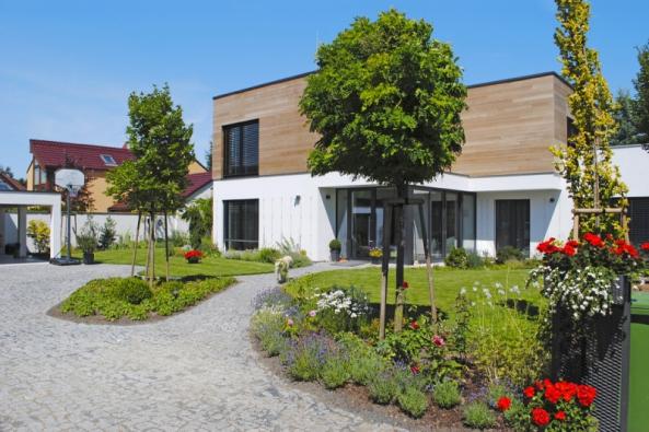 Společně spřestavbou staršího domu namoderní bydlení vznikla vPrůhonicích inová okrasná zahrada, která respektuje danou architekturu anabízí zajímavé detaily srozkvetlými záhony, odpočinkovými místy aokrasným jezírkem.