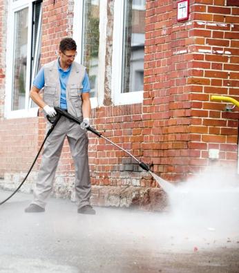 Při čištění fasádního podkladu před nanášením nové omítky nebo při mytí samotného povrchu fasády je skvělým pomocníkem vysokotlaký čistič (KÄRCHER)