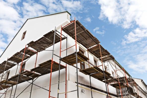 Narušená fasáda není jen problém estetický, ale jsou to doslova pootevřená vrátka pro zrychlenou devastaci celé stavby. Včasnou aúčinnou opravu fasády proto rozhodně neodkládejte.