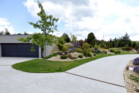 3. Knáročným areprezentativním zahradám se hodí ipodobně kvalitní dlažba: řezaná aštípaná kostka ze syenitu, žuly nebo čediče.