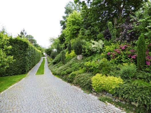 4.Štípané kostky (tmavá čedič, okraj žula) jsou krásným doplňkem zahrady.