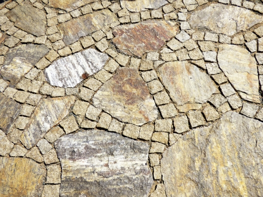 5.Zajímavé kombinace docílíme použitím kostek aplochých kamenů.