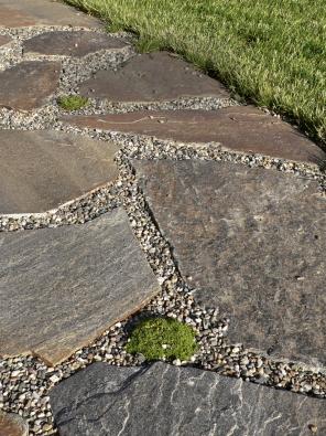 7.Kvalitní plochý kámen (zde rula) působí velmi dekorativně.