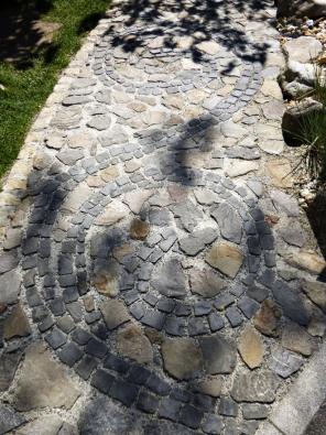 9.Zajímavý ornament vytvořený zrůzně velkých kostek čediče, doplněný neformátovanými kameny různých druhů.