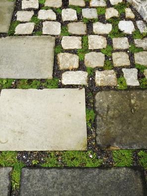 10.Různé formáty kamene vydlážděné navelkou spáru dávají možnost pro výsadbu odolné zeleně.
