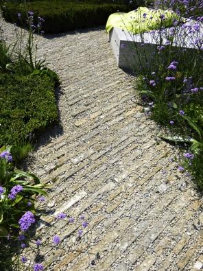 13.Tuto cestu tvoří řezané haklíky dlážděné nakoso. Spáry jsou vysypány drobnou kamennou drtí.